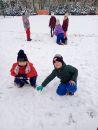 śnieżne zabawy na boisku