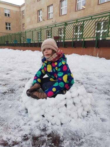 Czy dziewczynki czy chłopcy - w 1 b każy uwielbia zabawy na śniegu