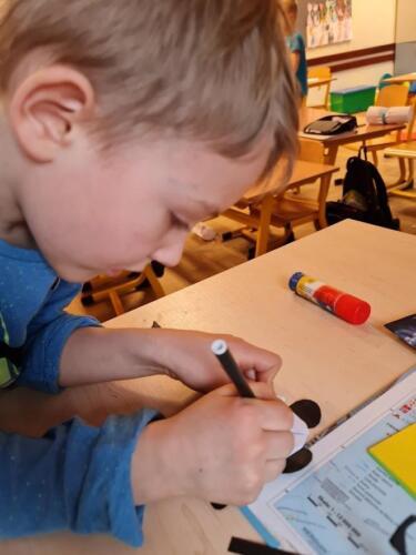 Leon rysuje oczka